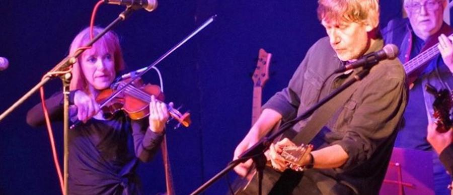 jon on guitar with Wendy Ross on fiddle